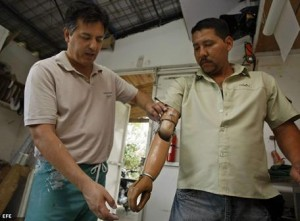 ladio Mora (d), quien por un cáncer perdió el brazo derecho, es atendido por Dino Cozzarelli